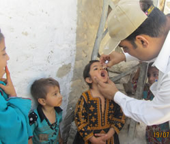 Image of healthcare working giving the vaccine to children
