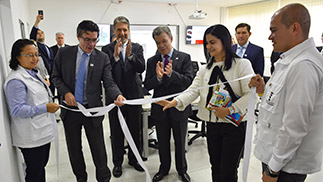 Colombian President Juan Manuel Santos (fourth from left) and INS Director Martha Ospina (fifth from left) celebrate the official opening of the PHEOC in INS.