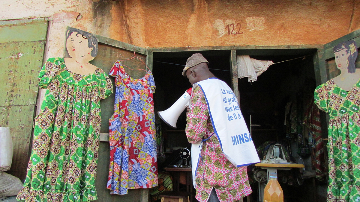 Guinea: Social mobilizers circulate in public places, such as markets, to announce the polio campaign prior to its launching.