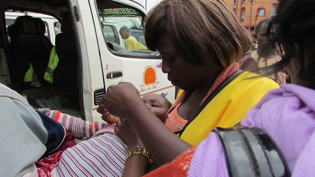 Guinea: Vaccination teams posted at bus stations check outgoing and incoming buses for children aged under 5 years.