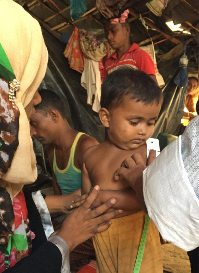 Rohingya measuring arm circumfrence