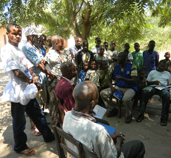 Staff from the DRC Ministry of Health sensitizes community members regarding polio and vaccination in Ankoro Zone de Santé, Katanga Province, a zone with communities who have a history of refusing vaccination for their children.