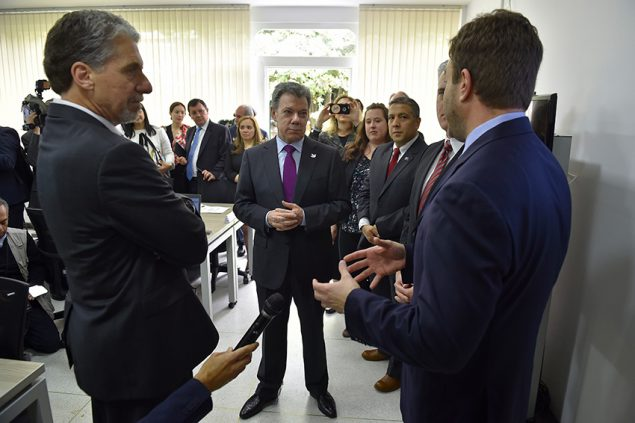 Michael Gerber (R) talking with the US Ambassador to Colombia, Kevin Whitaker (L) and Colombian President Juan Manual Santos (C) about the launch of the INS Emergency Operations Center in January 2017.