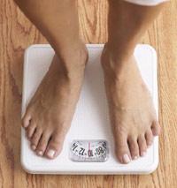fotografía de pies sobre una balanza
