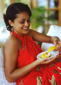 fotografía de una mujer comiendo mango