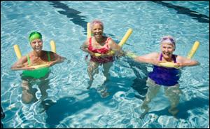 fotografía de mujeres haciendo ejercicio en una piscina