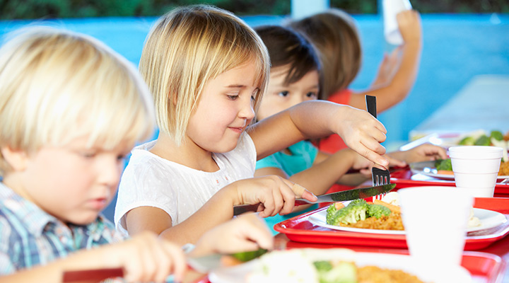 children eating school lunches