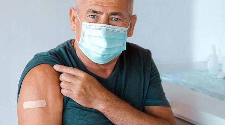 Hombre mayor sonriente después de haberse vacunado contra el COVID-19