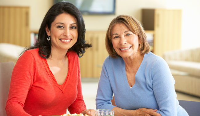 Dos mujeres almorzando