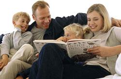 Padres leyéndoles a sus hijos