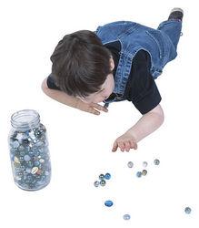 Niño jugando con canicas