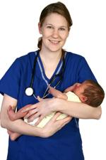 Enfermera en bata con un bebé en sus brazos