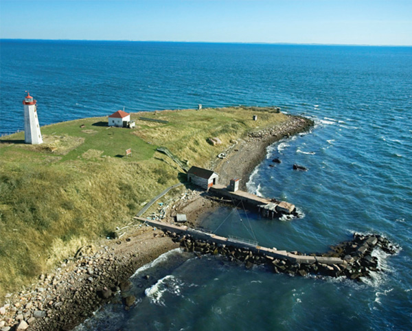 Image of coastal jetty with lighthouse