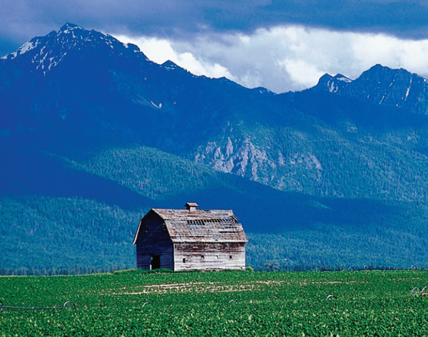 Image of a barn with mountains in the background