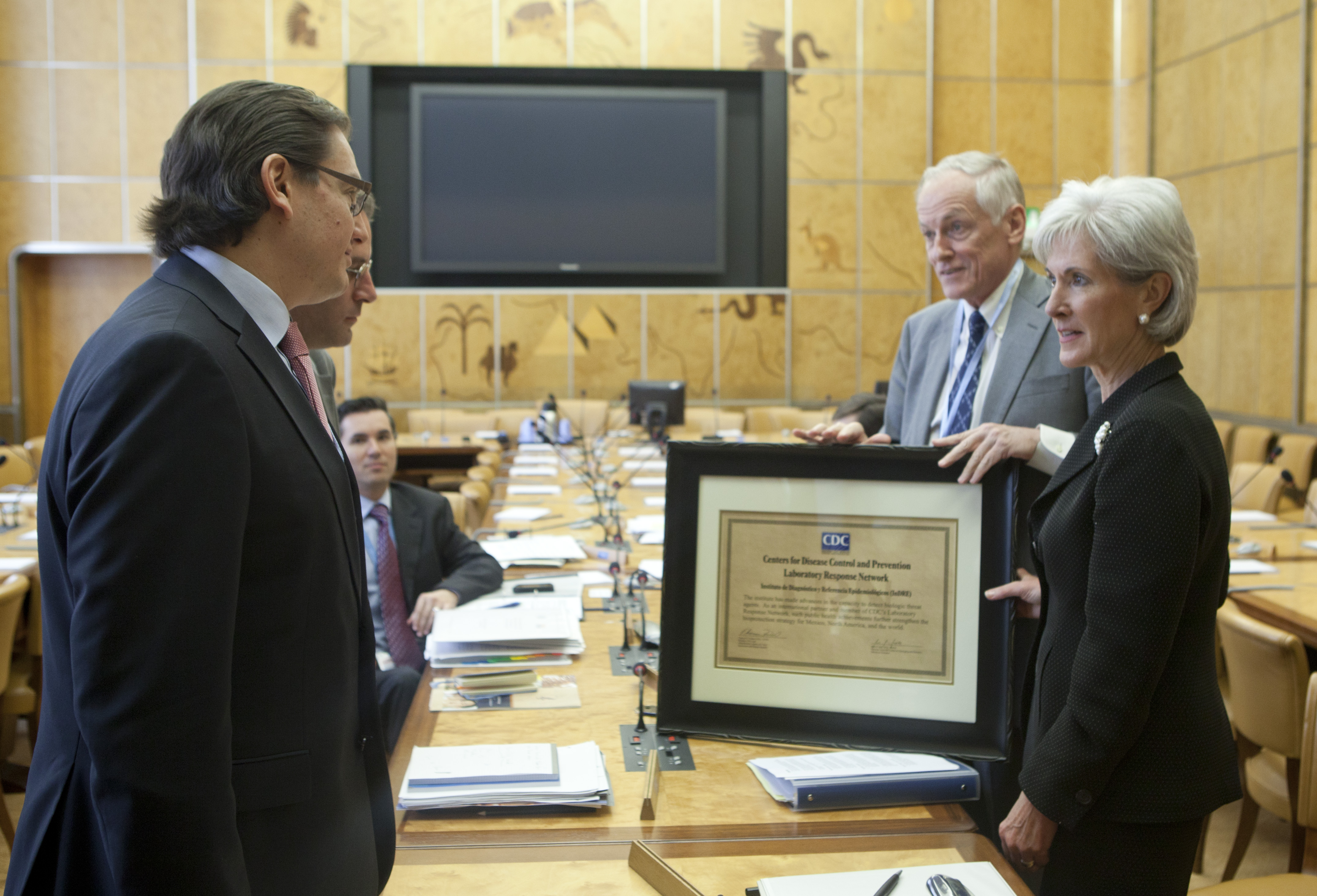 A plaque is presented to Mexican official.