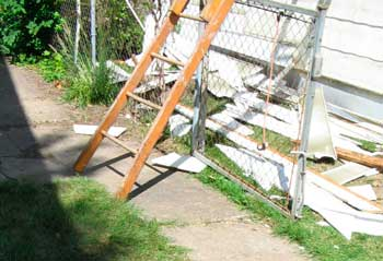 Figure 2. Ladder without safety feet on driveway against fence/gate.