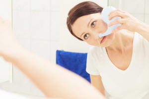 woman using neti pot