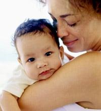 Una madre con su bebé en brazos