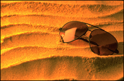 Gafas para sol sobre arena