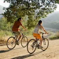 Dos personas montando bicicleta