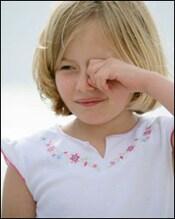 Niña frotándose el ojo