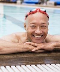 Un hombre en una piscina