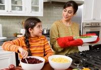 Niña cocinando con su mamá