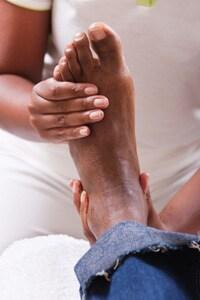 Hombre recibiendo masaje de pies