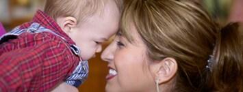 Una madre sonriendo con su bebé