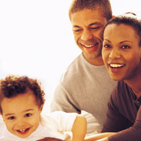 Unos padres sonrientes con su niño pequeño