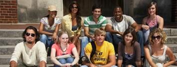 Un grupo de personas sentadas en la escalera
