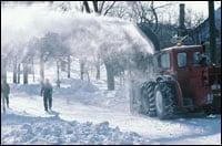 Foto: Una persona junto a un banco de nieve.