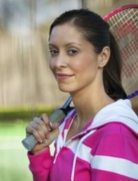 Una mujer con una raqueta de tenis