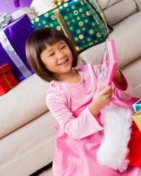 Foto: Una niña jugando con un juguete