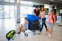 Una familia con equipaje de viaje en un aeropuerto