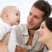 Dos padres con su bebé