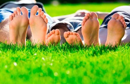 Las esporas de las bacterias del tétanos comúnmente se encuentran en el suelo y pueden ingresar al cuerpo a través de los cortes en la piel. Con mayor frecuencia, los cortes están en los pies.