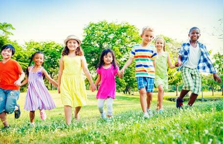 Un grupo de niños caminando a través del campo