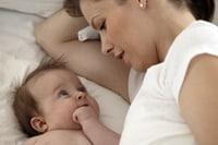 Una madre junto a su bebé