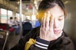 Mujer asiática con su mano en su cara