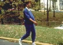 Fotografía de una trabajadora embarazada mientras pasea al aire libre