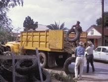 Fotografía de trabajadores mientras cargan llantas en un camión