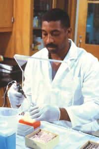 Fotografía de un trabajador en un laboratorio
