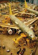 4. Aviones estacionados en un hangar.