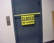 Barra de tensión de seguridad amarilla atravesada entre el marco de la puerta blo-queando el acceso