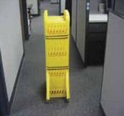 Cerca de barricada amarilla de seguridad, plegada hacia arriba