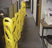 Cinta para barricada de seguridad amarilla extendida para bloquear corredor