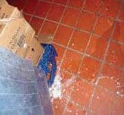 1.2 Hielo y agua regados por el piso de una cocina