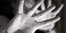 Dos manos antepuestas como protegiéndose