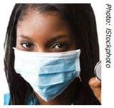 Trabajadora de la salud usando una mascarilla quirúrgica que no se ajusta a su cara.